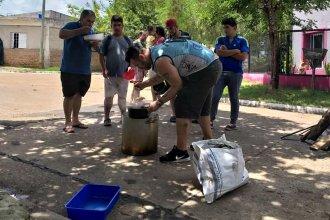 Jóvenes recorren el barrio ofreciendo comida y ayuda a sus vecinos inundados