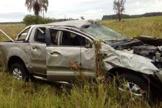 Un vuelco dejó a tres personas lesionadas y una camioneta destruida