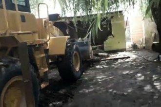 Una máquina arrasa con viviendas que se encuentran por debajo de la cota de construcción