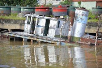 En el Puerto de Paraná se está hundiendo una vieja embarcación y temen por un derrame de combustible