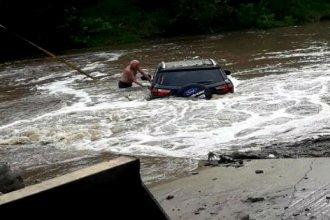 Intentó cruzar el arroyo, pero su auto fue arrastrado por el agua y quedó sumergido