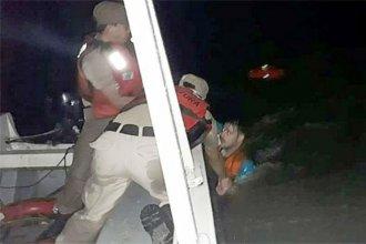 Dos jóvenes cayeron al agua por los fuertes vientos y debieron ser rescatados