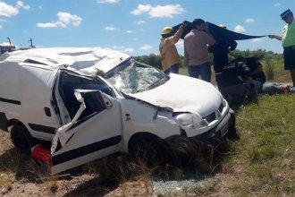 Un conductor volcó en su camioneta, quedó atrapado y fue rescatado por bomberos