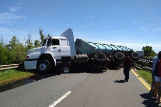 Camión cargado con asfalto volcó y cortó el tránsito en la ruta