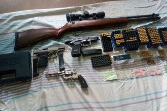 Disparaba al aire en el barrio, lo allanaron y descubrieron un arsenal