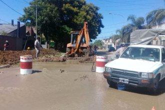 Calles inundadas y servicio de agua potable restringido, por la rotura de un caño