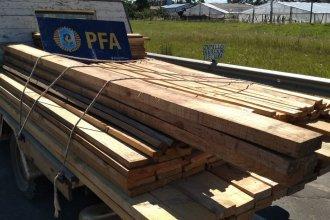 Policía Federal detuvo a un camión que llevaba maderas sin la correspondiente documentación