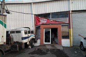En San Salvador, un camión perdió el control y terminó incrustado en un supermercado