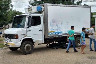 Una imprudencia casi le cuesta la vida a un joven, que terminó debajo de un camión