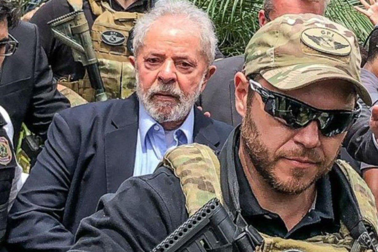 Lula al salir para el sepelio de su nieto.