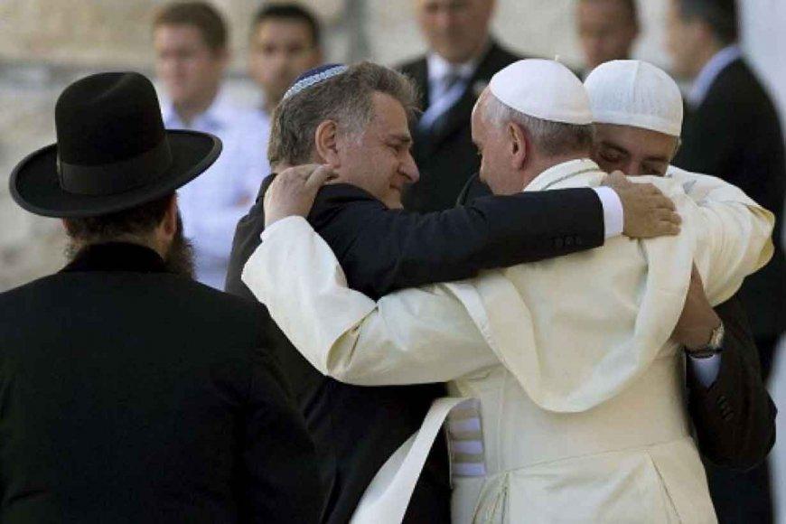Abrazo de Francisco con el rabino Skorka