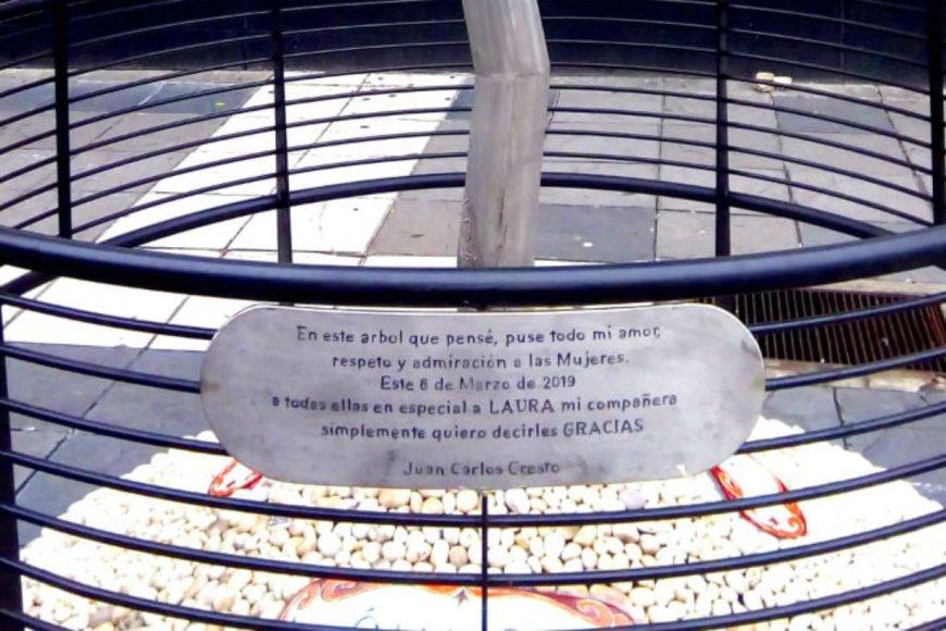 La placa en homenaje que luego quitaron