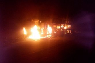 Un colectivo se incendió completamente en ruta entrerriana: no hubo heridos