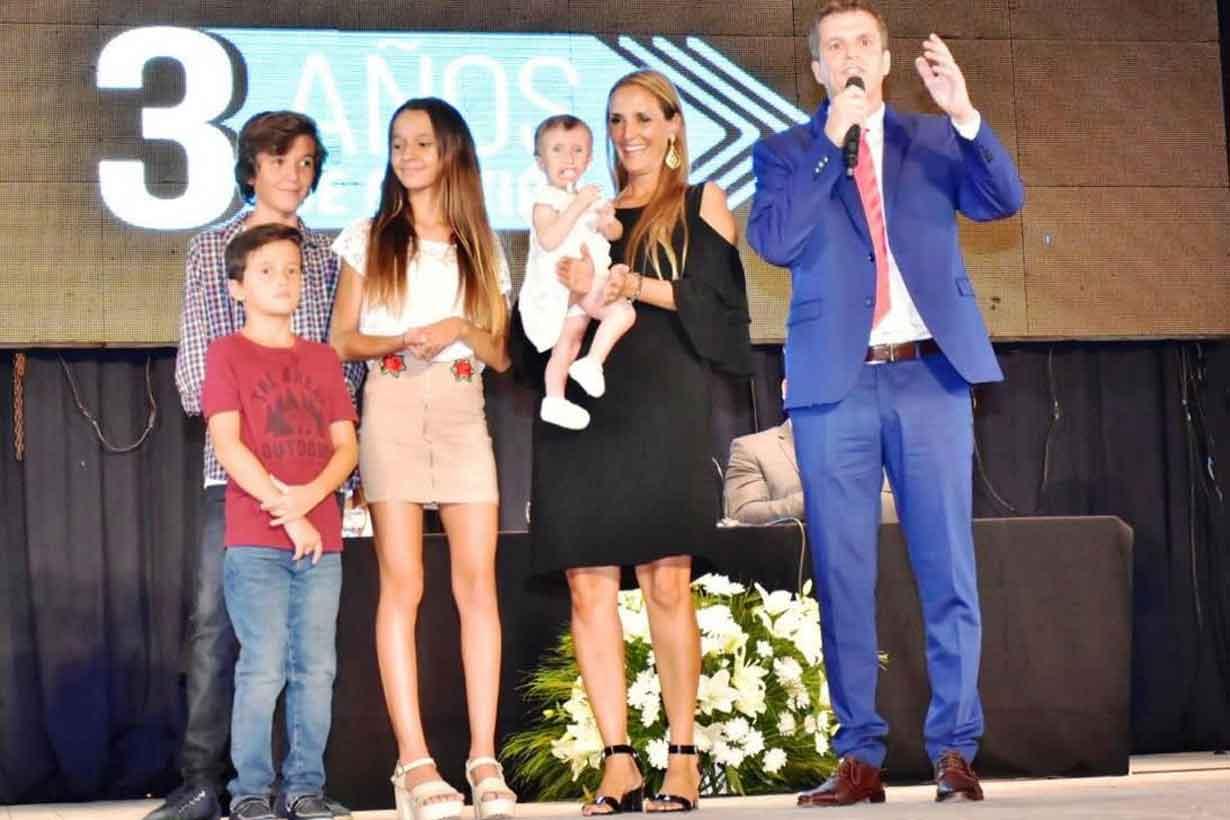 Cresto se mostró con su familia sobre el escenario