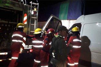 Ardua labor de bomberos permitió rescatar a un hombre que chocó contra un camión