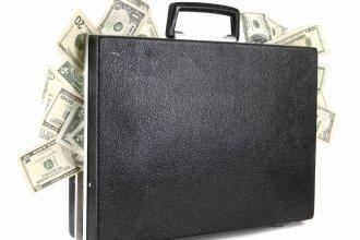 Un trabajador encontró 500 mil dólares en un portafolio y los llevó a una radio para devolverlos