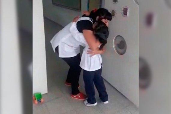 Para fortalecer el vínculo, maestra entrerriana implementó un saludo especial al entrar al aula