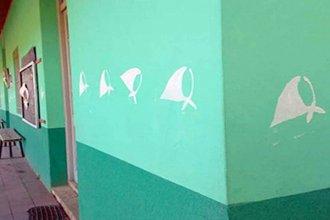 Polémica en una escuela por los pañuelos pintados en las paredes