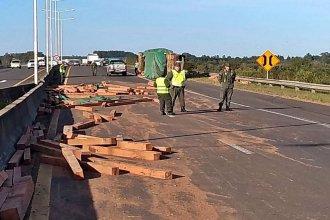 Vigas de madera esparcidas en la autovía complicaron el ingreso a Concordia