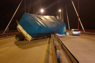 Pudo ser tragedia: Se desprendió el acoplado de un camión sobre el puente Zárate - Brazo Largo