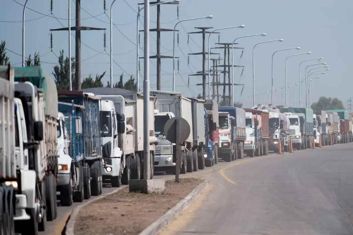 Camiones esperando descargar granos