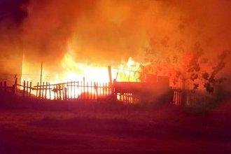 Voraz incendio dejó a una familia sin hogar