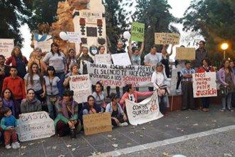 """Solidaridad en la plaza para los que denunciaron a Rivas: """"Habrá un antes y un después para nuestra comunidad"""""""