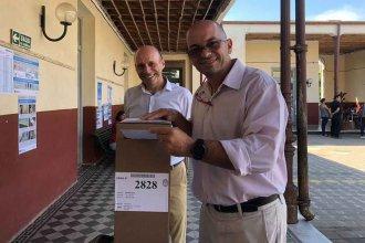 """""""Es una jornada cívica para disfrutar"""" dijo Ariel Battista, al votar junto a Neris Besson"""