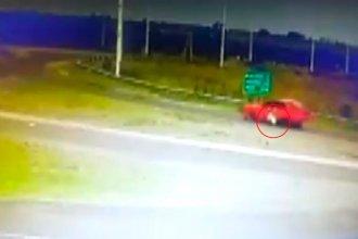 Evadió un control y arrastró con su vehículo a un policía, en cruce de rutas