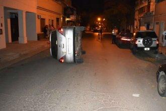 Con 2,19 de alcohol en sangre volcó y chocó contra dos vehículos estacionados