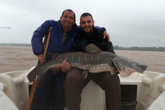 """En """"lucha contra el pez, el río, el viento y la lluvia"""", pescaron un surubí gigante en el Paraná"""
