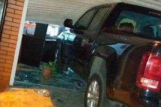 Detuvieron a un hombre que embistió con su camioneta el comercio de su expareja