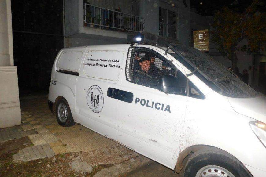 Dos policías seguirán preso por el atraco.