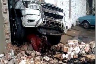 Concordia: por una falla mecánica, una camioneta traspasó la pared de una estación de servicio
