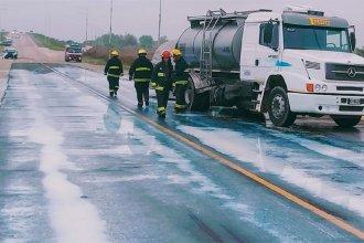 Tarde accidentada en Ruta 20: un camión cisterna volcó y desparramó miles de litros de leche