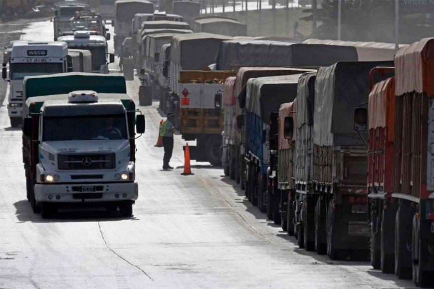 Fila de camiones llevando granos al puerto