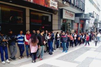 En busca de trabajo, hacen una interminable fila en pleno centro de la capital entrerriana