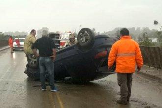 Bajo la lluvia, volcó su auto sobre un puente y terminó en el hospital