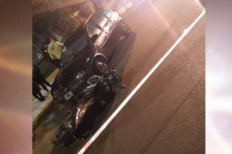 Un motociclista perdió la vida al chocar con un auto: Hay otra persona herida