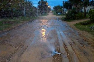 ¿Llueve desde abajo? Brota agua en el medio de una calle concordiense