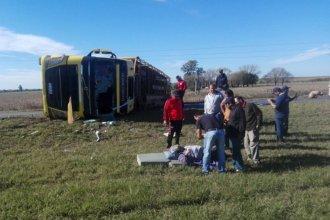 Camión que trasladaba cerdos cruzó de carril, volcó y bloqueó la circulación en la Autovía 14