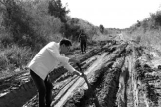El maestro que a punta de pala repara el camino rural que recorre para ir a dar clases