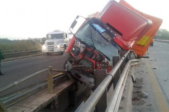 El chofer de un camión se durmió al volante cuando pasaba por un puente y casi cayó al agua