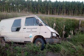 Camioneta municipal llevaba niños a la escuela, se quedó sin frenos y volcó para evitar una tragedia en la autovía