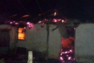 Un cortocircuito dejó a una joven y su hija con su casa consumida por el fuego