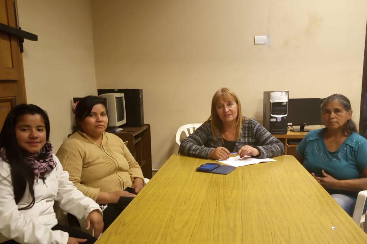 Elsa (centro) junto con familiares de Carrera