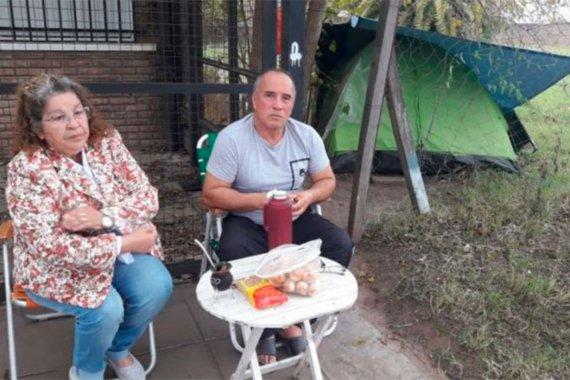 Acampa frente al hospital, no tiene para pagar un hotel y su esposa sigue internada