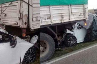 Siniestro fatal: Un joven incrustó su auto debajo de un camión y falleció