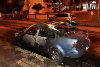 Concordia: un auto se incendiaba a un metro de una conexión de gas natural ante la mirada de vecinos