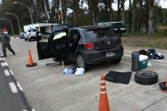 Detuvieron la marcha del auto y luego a sus ocupantes: Trasladaban drogas por la Autovía Artigas